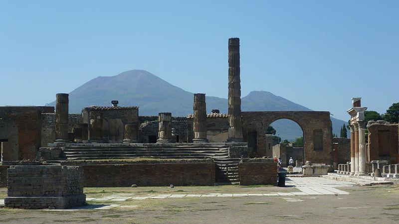 Pompeï, met de Vesuvius op de achtergrond. Bron: Wikimedia Commons/Kim Traynor