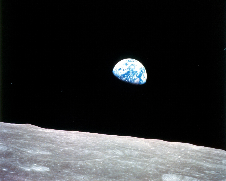 Het uitzicht op aarde, gezien vanaf de maan. Deze beroemde foto is in 1968 gemaakt door astronaut Bill Anders, een van de bemanningsleden van de Apollo 8. Bron: Nasa