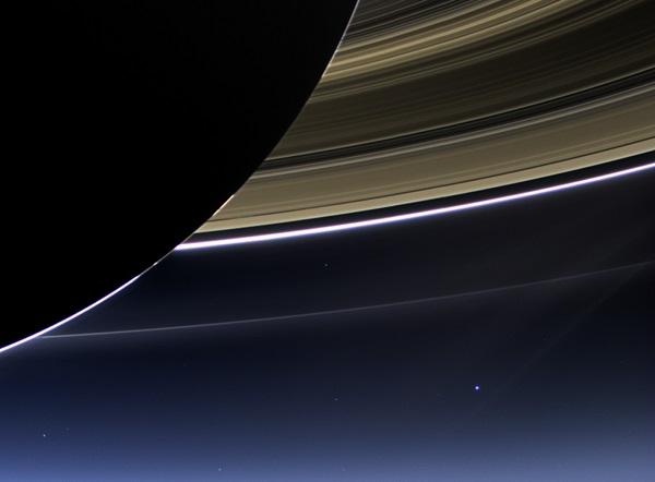 Op deze foto, die op 19 juli 2013 is genomen door de Cassini-ruimtesonde, zijn zowel de ringen van Saturnus als de aarde en de maan te zien. Bron: NASA/JPL-Caltech/Space Science Institute
