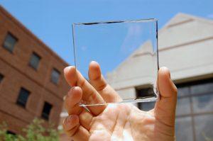 Een van de onderzoekers toont de geheel transparante zonnecel.  Bron: Yimu Zhao