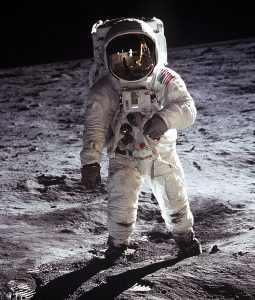 Astronaut Buzz Aldrin had geen handig ruimtepak om een sprintje in te trekken.  Bron: Nasa