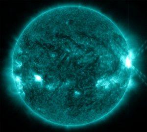 Een zonnevlam die in de zware X-klasse valt. Deze vlam vertoonde zich op 28 oktober, om 02.03 uur. Bron: Nasa/SDO