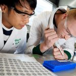 Vervaardiging van de biosensors door studenten. Beeld: Bart van Overbeeke