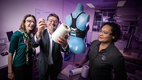 Van links naar rechts: Julie Steele, Gordon Wallace en Sheridan Gho. Zij ontwikkelden het slimme materiaal waarvan de beha is gemaakt. Bron: UOW