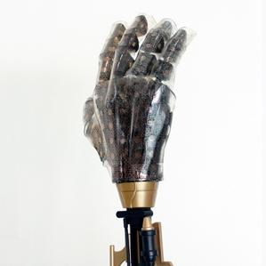 Deze handschoen zit vol rekbare gouden en silicium sensoren.  Bron: MIT