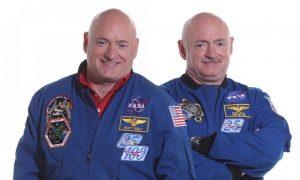 Astronaut Scott Kelly (links) en zijn tweelingbroer Mark, de huismus. Beeld: NASA.