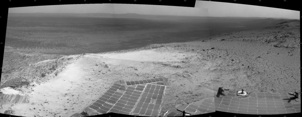 Het uitzicht van marsrover Opportunity, vanaf de westelijke kraterrand van de Endeavour-krater. De rover bevindt zich 135 meter hoger dan het platte landschap dat de krater omringt.  Bron: NASA/JPL-Caltech