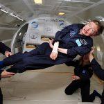 Hawking ervaart 'zero gravity' tijdens een paraboolvlucht in 2007. Bron: Nasa