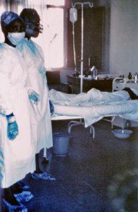 Twee zusters tijdens de ebola-uitbraak in 1976. Bron: Wikimedia Commons