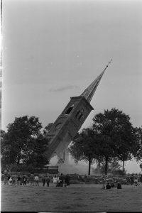 19 augustus 1968: de hervormde kerk van het West-Friese dorp Barsingerhorn gaat tegen de vlakte. Sinds de jaren zestig ondergaan veel kerken hetzelfde lot. Bron: ANP