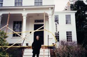 Amanda Gefter voor het huis van Einstein in Princeton. Bron: Warren Gefter/Amanda Gefter