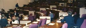 Links zit John Wheeler vooraan tijdens het congres Science and Ultimate Reality in 2002. Amanda wacht met haar vader (rechts op de foto) tot ze Wheeler hun grote vraag kunnen stellen. Bron: Amanda Gefter