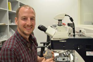 Andrew Sorensen bestudeert de mineraalsporen in zijn lab