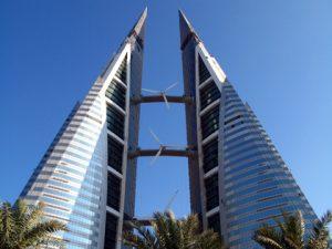 Het Bahrain WTC heeft drie bruggen met windturbines.