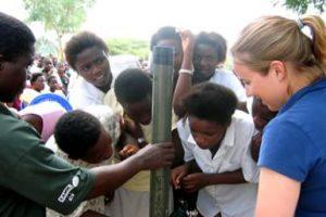 Een geoloog laat aan middelbare scholieren een deel van de boorkern zien. Beeld: I. Castaneda, University of Minnesota.