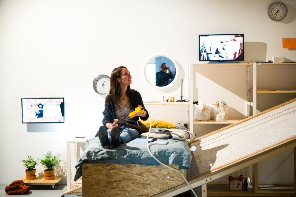 Yiyun Chen bracht dertig dagen liggend door in een speciaal ingerichte kamer. Beeld: Boudewijn Bollmann