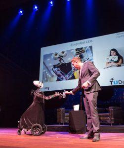 Zorgrobot Lea komt David Abbink een flesje water brengen tijdens het Gala van de Wetenschap. Foto: Daniël Rommens