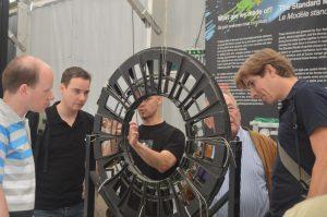 Deelnemers bekijken de tentoonstelling bij het CMS-experiment
