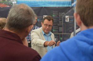 Jorgen D'Hondt beantwoordt vragen van deelnemers bij het CMS-experiment