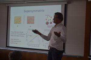 Theoretisch-fysicus Jan Pieter van der Schaar geeft college