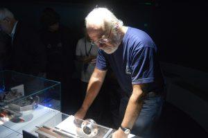 Een van de deelnemers bestudeert de tentoonstelling bij de controlekamer van CERN