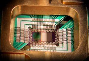 De D-Wave chip met daarin 128 qubits - een enorme doorbraak. Althans: als de claims van de fabrikant kloppen.