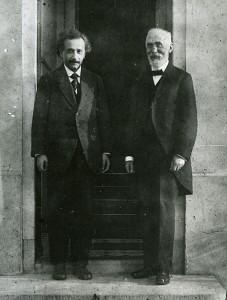 Nadat hij in 1912 zijn leerstoel in Leiden opgaf, hoopte Lorentz dat Einstein hem wilde opvolgen. Omdat Einstein al en positie in Zürich had aanvaard, werd dit echter Paul Ehrenfest die in 1921 bovenstaande foto nam. Bron: Museum Boerhaave