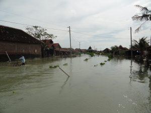 Overstromingen zijn in Noord-Javaanse dorpen, zoals hier in Timbul Sloko, de laatste jaren gewoonte geworden. Bron: Stefan Verschure