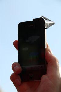 Richt je smartphone op de blauwe lucht voor de iSpex-meting. Bron: iSpex.nl
