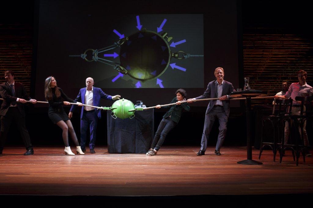 Geen verrassing, maar daarom niet minder leuk: ook met hulp van Robbert Dijkgraaf zijn de Maagdenburger halve bollen niet uit elkaar te krijgen. Foto: Bob Bronshoff