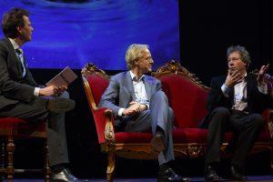 Jim Jansen en Robbert Dijkgraaf luisteren naar de heldere uitleg van Erik Verlinde. Foto: Bob Bronshoff