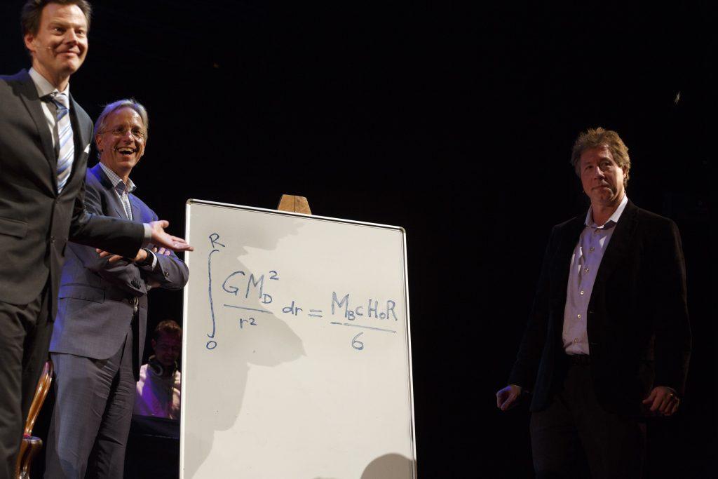 Zowel het '='-teken als het getal 6 konden op belangstelling rekenen bij de bespreking van Verlindes belangrijkste formule. Foto: Bob Bronshoff