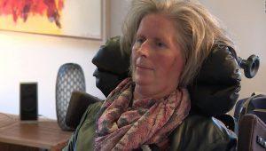 Deze verlamde patiënt kan nu met haar brein een tablet besturen. Afbeelding: UMC Utrecht