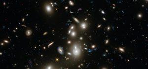 In deze Hubble Deep Field-foto, genomen door ruimtetelescoop Hubble, kijk je bijna 13 miljard lichtjaar de ruimte in