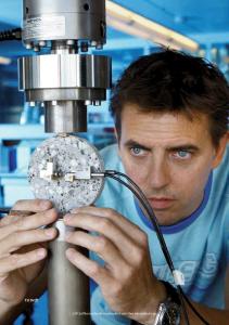 Henk Jonkers van de TU Delft onderzoekt de betonherstellende bacteriën. Foto: TU Delft