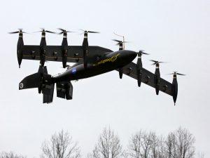 Het GL-10 prototype kiest het luchtruim, zwevend als een helikopter. Foto: NASA/David C. Bowman