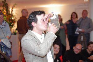 Chemicus Gino Baart liet het publiek bier met verschillende smaakstoffen proeven. Beeld: Esther de Wit