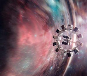 In Interstellar reizen ruimtereizigers door een wormgat naar een ander sterrenstelsel. Dankzij de vreemde tijdseffecten van verre ruimtereizen (en de nabijheid van een groot zwart gat) duurt de reis voor de achterblijvers veel langer dan voor de astronauten.