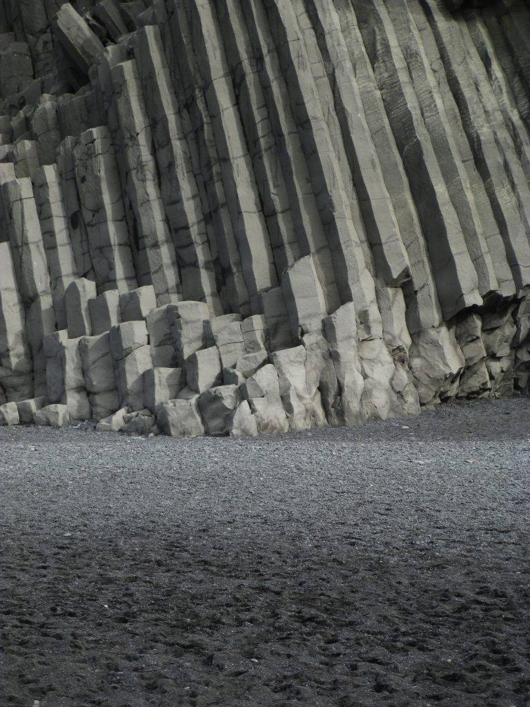 In IJsland wordt het basaltgesteente soms gestapeld alsof het langgerekte legoblokjes betreft. Dat gesteente wordt afgezet door lavastromen, en is bijzonder interessant voor planeetonderzoek. Basaltgesteente is namelijk de voornaamste steensoort waaruit rotsachtige planeten zoals Mars zijn opgebouwd.