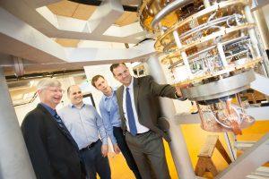 Directeuren van Intel bezoeken QuTech in Delft.