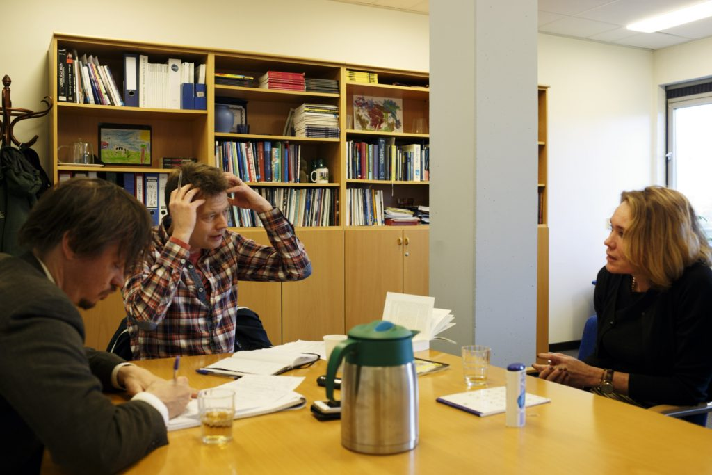 Iris Sommer in gesprek met Jim Jansen (midden) en Jochem Jongma. Foto: Bob Bronshoff