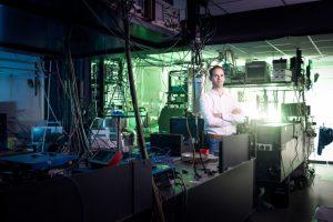 Ronald Hanson bij een deel van het verstrengelingsexperiment. Beeld: QuTech