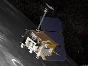 Artist's concept van de LRO ruimtesonde boven het maanoppervlak. CRaTER is te zien in het midden van de afbeelding, bij de linkerhoek van de sonde. Bron: Nasa
