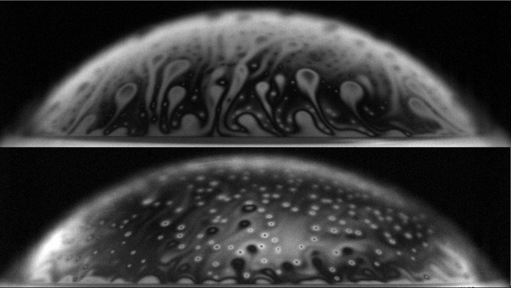 Boven: bubbel van schoon water. Onder: bubbel met E. coli bacteriën, die onder het licht van een natriumlamp oplichten als witte vlekjes. De bubbels zijn in werkelijkheid een paar millimeter groot. Bron: S. Poulain en L. Bourouiba, MIT.