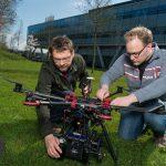 Jaap van de Loosdrecht (links) zou met zijn drone vol speciale camera's graag meer in de buitenlucht willen experimenteren. Foto: Mats van Soolingen