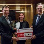 Winnares Maaike Kroon met initiatiefnemer Jim Jansen en juryvoorzitter Alexander Rinnooy Kan. Foto: Mats van Soolingen