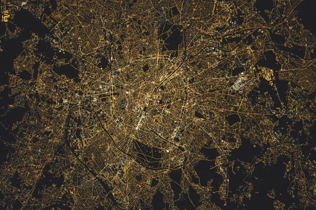 Blik van boven Parijs bij nacht
