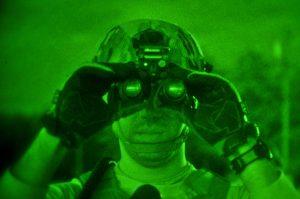 Soldaten gebruiken nachtkijker om in het donker vijanden te kunnen opsporen. Beeld: Wikimedia Commons/Tech. Sgt. Matt Hecht/Released)