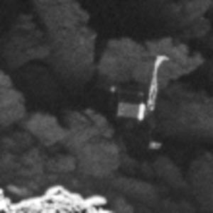 Close-up van Philae die met één poot omhoog geland is. Beeld: ESA/Rosetta/MPS for OSIRIS Team MPS/UPD/LAM/IAA/SSO/INTA/UPM/DASP/IDA.