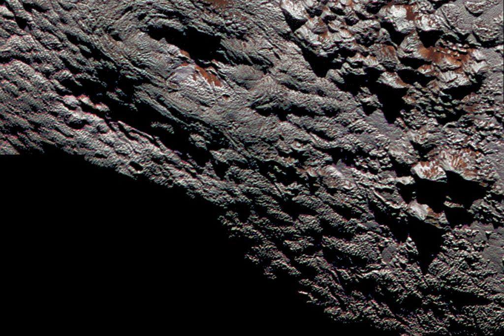 Wright Mons ligt op deze foto net iets links van het midden. Afbeelding: NASA/JHUAPL/SwR